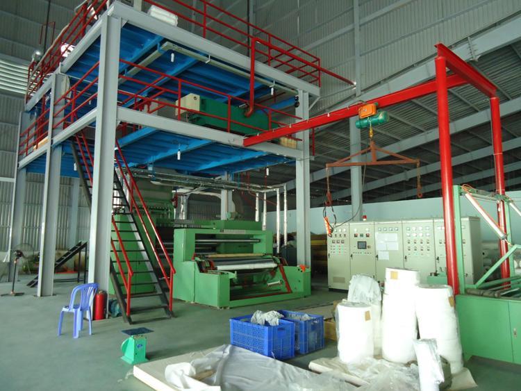 máy sản xuất vải không dệt cần lượng nguyên liệu lớn có thể vận hành trong một lần sản xuất