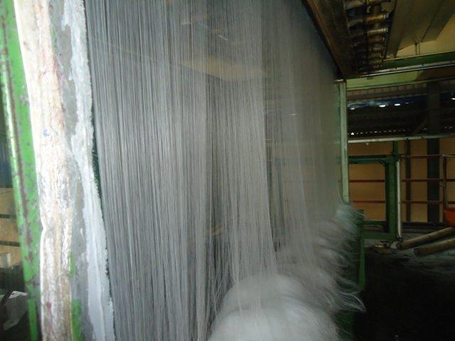 Nhựa sau khi được nung chảy qua hệ thống lưới tạo thành sợi tơ